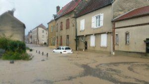 Le centre d'Avenay sous les trombes d'eau. Photo : Carole Crucifix
