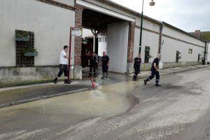 Les pompiers interviennent à la coopérative Val d'Or après les inondations