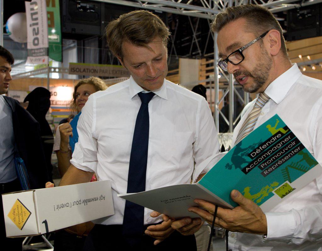 La présence sur la foire de Châlons permet notamment au SGV de rencontrer des élus, comme ici le sénateur-maire de Troyes François Baroin, et de les sensibiliser à la défense des vignerons.