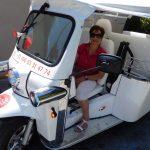Depuis Hautvillers et le champagne Fernand Lemaire, le public testait le tuk tuk (véhicule 100 % électrique) conduit par Elia.