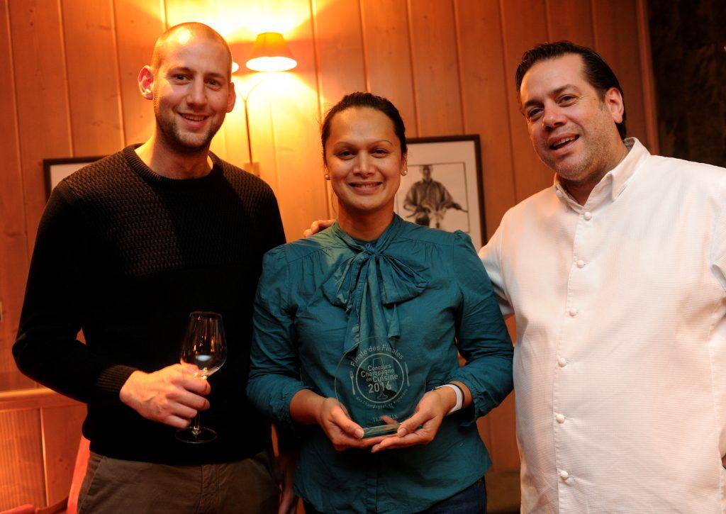 Alexandra accompagnée de Damien Goulard et du président du jury, Arnaud Lallement.