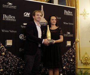 Maxime Toubart, président du SGV, a remis le Trophée du vigneron de l'année à Sophie Cossy.
