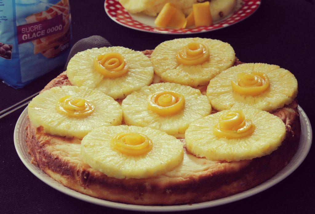 Gâteau exotique, noix de coco, ananas et mangue