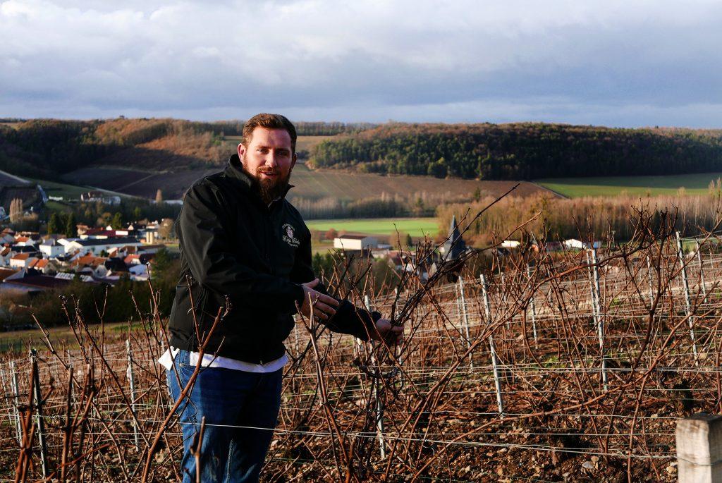 Un jeune vigneron qui assume ses responsabilités